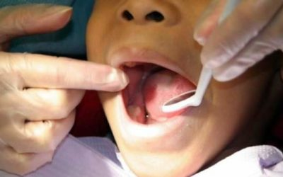 El consumo de zumos elaborados provoca caries en los menores, advierten dentistas granadinos